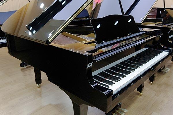 비교적 묵직한 건반과 검정 흑단의 터치가 섬세한 피아노_http://dn.cosmosmusic.com/upload/newUpload/SE_Uploader/20180221/g3e349.jpg